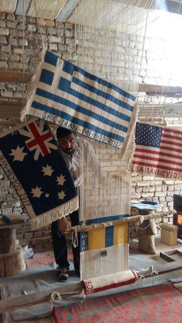 بافت پرچم 40 کشور جهان به دست هنرمندان زیلوباف میبدی